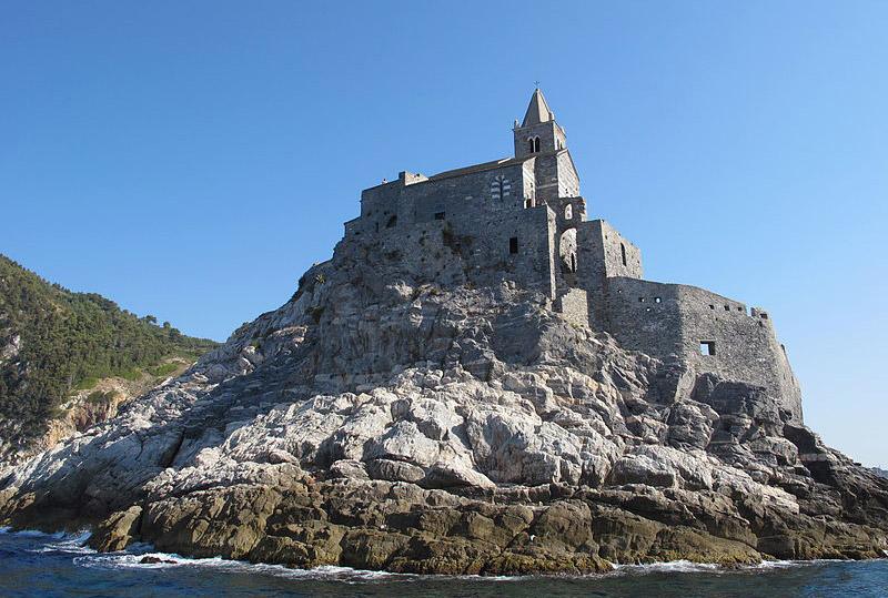 Cosa vedere a Portovenere in Liguria, sul Mar Ligure. Foto della chiesa di San Pietro di Portovenere